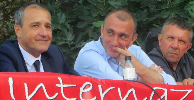 Jean-Guy Talamoni, président de l'Assemblée de Corse et leader de Corsica Libera, à la tribune des Ghjurnate internaziunale di Corti, aux côtés des deux conseillers exécutifs,  Jean-Christophe Angelini, président de l'ADEC et leader du PNC, et François Sargentini, président de l'ODARC et membre de l'Exécutif de Corsica Libera.
