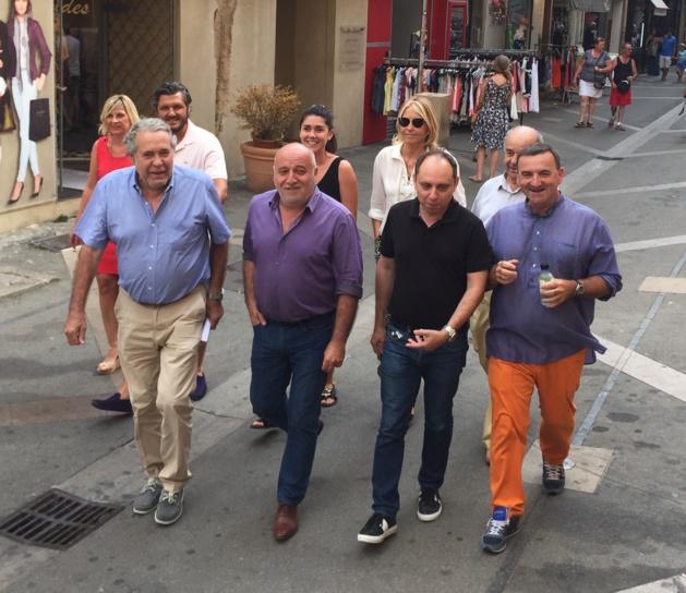 Jean André Miniconi, présidents de la Chambre de commerce de Corse-du-Sud, et Christian Balzano Adjoint au Maire en charge du Commerce et de l'Artisanat, entourés des représentants de la Fédération des Associations de Commerçants du  Centre ville d'Ajaccio (FACCA).