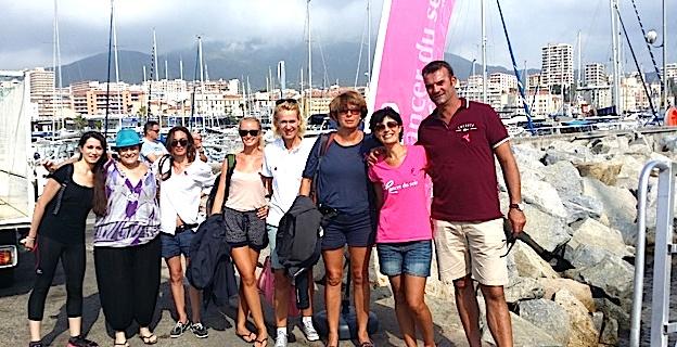 Thibault Assante, organisateur de la Corsica Classic entouré des participantes en 2015