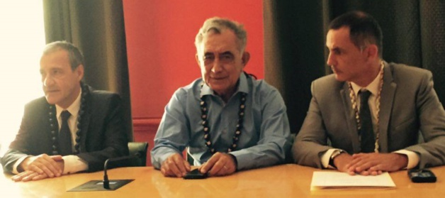 Oscar Temaru entouré de Jean-Guy Talamoni et Gilles Simeoni.