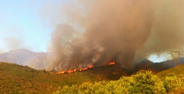 Le feu vu di U Pohjju d'Oletta : un front de flammes impressionnant (Photo J.-B. Andreani)
