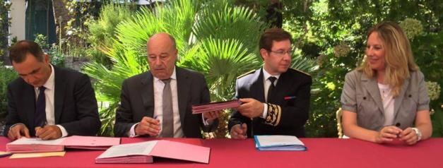 Signature de la Convention. De gauche à droite:  Gilles Simeoni président de l'Exécutif,  Jean-Michel Baylet ministre de l'Aménagement du territoire,  Bernard Schmeltz préfet de Corse,  accompagnés de la représentante du Fonds de Solidarité en faveur des Collectivités Territoriales.
