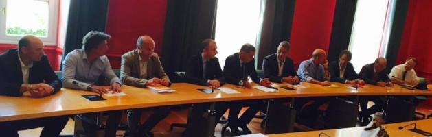 de gauche à droite: les dirigeants d'Orange propriétaire de l'îlot de la Poste,  Jean-Christophe Angelini, Gilles Simeoni, Pierre Savelli, et leurs collaborateurs.