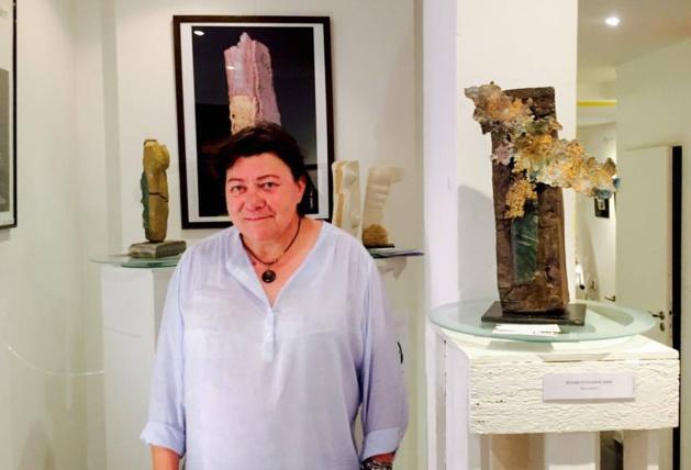 """Nadine Astruch entourée de ses oeuvres dans """"la Galerie aux Arts etc."""""""
