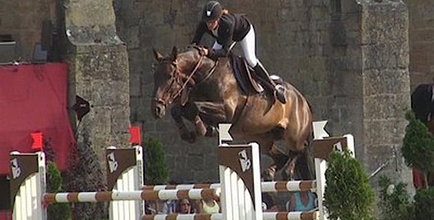 La cavalière professionnelle et organisatrice de concours, Laura Benvel, en selle sur Quicksilver Mousse.