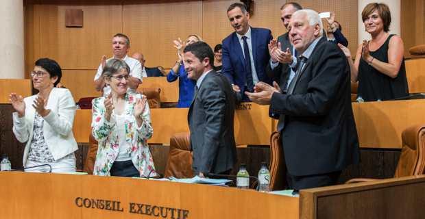 Jean-Félix Acquaviva, conseiller exécutif et président de l'Office des transports de la Corse (OTC), félicité par le Conseil exécutif à l'issue du vote. @crédit photo JOS-CTC.