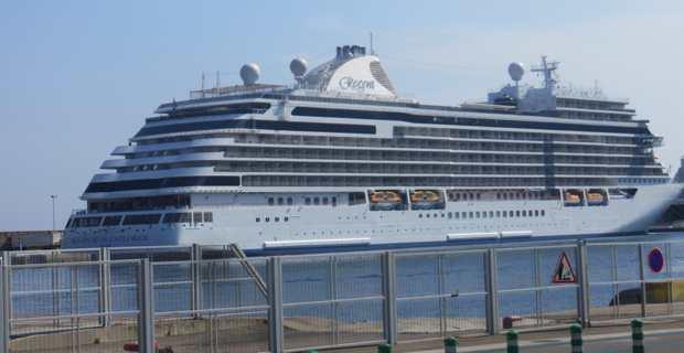 Le Seven Seas Explorer en escale pour une journée dans le port de Bastia.