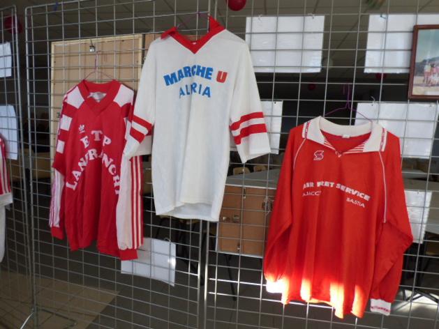 Les maillots du club exposés pour le plus grand plaisir des visiteurs.