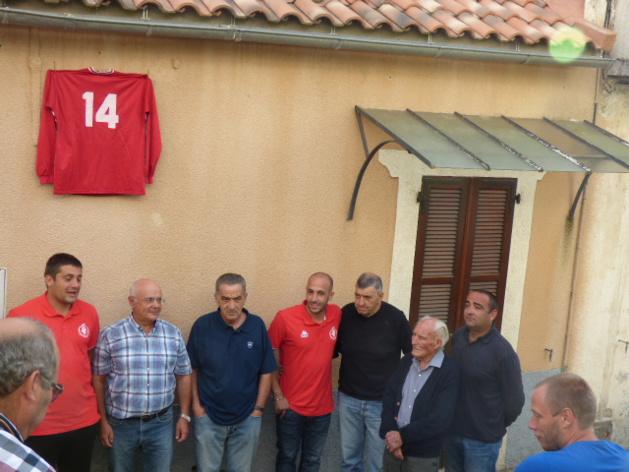Vincent Lucciardi entouré des dirigeants du club et des élus s'apprête à dévoiler la plaque.