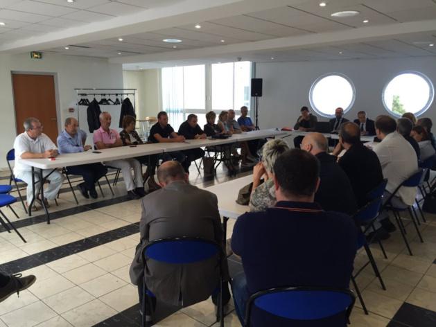 Jean-Guy Talamoni entouré des socioprofessionnels du bâtiment et du tourisme de la région porto-vecchiaise.