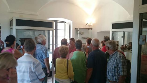 Un public venu en nombre suivre la visite commentée du musée Jerôme Carcopino.