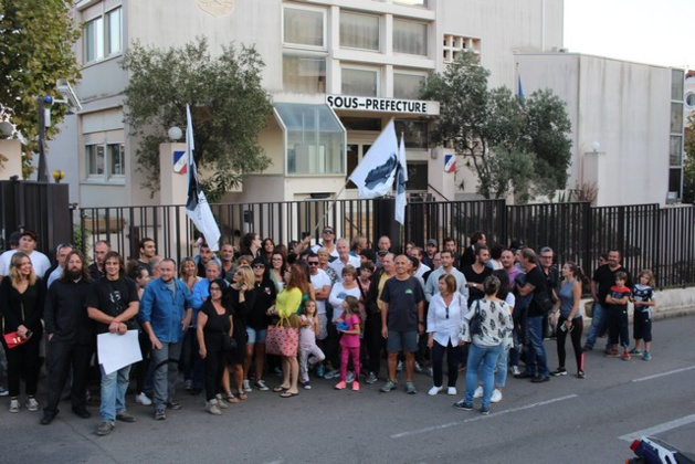 Rassemblement de soutien à trois étudiants nationalistes corses devant la sous-préfecture de Calvi