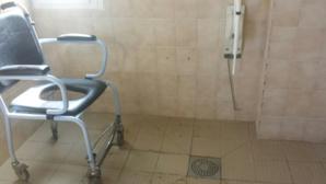 Une des douches communes du bâtiment accueillant les personnes âgées