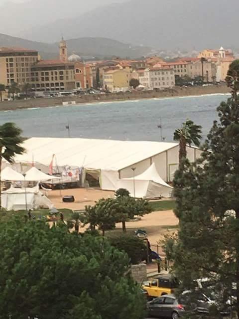 Ajaccio : Une partie du chapiteau de La Mari Do s'effondre sur les gens