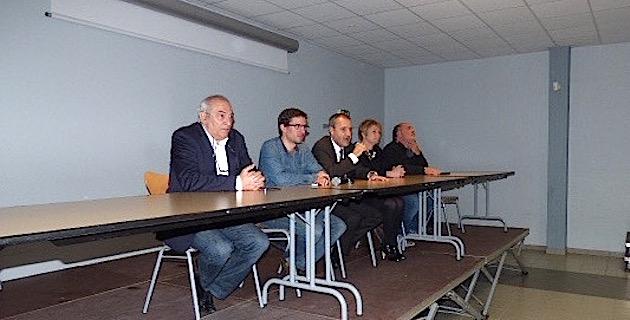 Entouré de Nadine Nivaggioni, François Benedetti, Pierre Antoine Tomasi et Paul Parigi, Jean Guy Talamoni a présidé cette réunion publique.