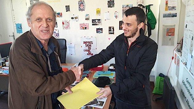 Avant de se rendre Ghiseppu-Maria Verdi a remis son dossier d'inscription à Pierre-Marie Romani, président de l'université (Photo François Santoni)