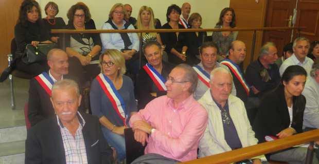 Des maires de Haute-Corse portent l'écharpe tricolore dans l'enceinte du tribunal en soutien au maire de Prunelli di Fium'Orbu.