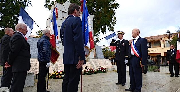 Francis Guidici maire de Ghisonaccia accompagné du capitaine Duvillard représentant la base aérienne 126 rend les honneurs aux combattants disparus.