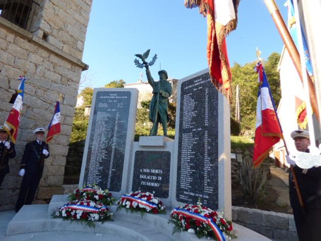 Le monument aux morts d'Isulacciu vient d'être béni par l'abbé Renucci.