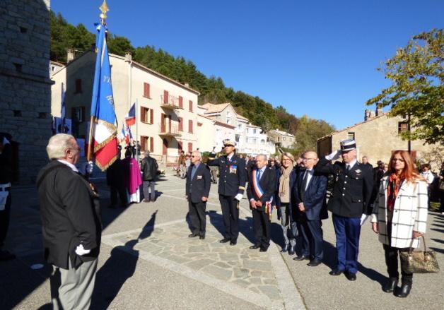 Le colonel Marc Le Bouil commandant la base aérienne aux côtés de Jacky Bartoli maire du village.