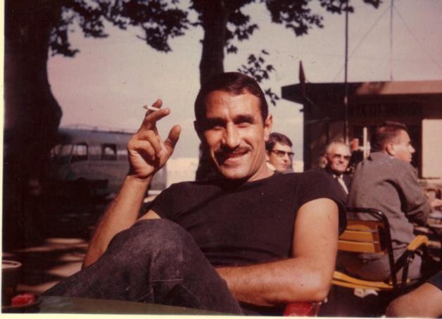 """Titi"" Molinari à loa terrasse du café des Platanes à l'Ile-Rousse"