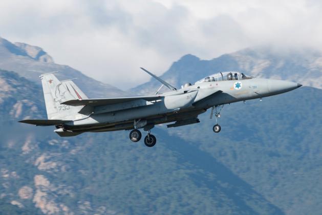 © Jean-Baptiste Gritti - Atterrissage du F-15D - 90-0275 / 733 avec en toile de fond, les montagnes corses.