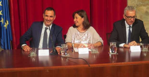 Gilles Simeoni, président du Conseil Exécutif de Corse, Francina Armengol, présidente du gouvernement des îles Baléares, et Francesco Pigliaru, président de la Région autonome de Sardaigne, après la signature du pacte entre la Corse, les Baléares et la Sardaigne.
