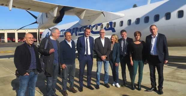Les deux délégations corses et sardes à l'escale de Cagliari devant l'ATR d'Air Corsica pour le vol inédit Bastia-Cagliari-Palma de Majorque.