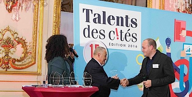 Mansour Zoberi, directeur de promotion de la diversité et de la solidarité de Groupe Casino (parrain de ce lauréat) a remis son prix national Talents des Cités à Cédric Murati lors de la cérémonie animée par la journaliste de Public Sénat Nora Hamadi (Photo David Delaporte- Talents des Cités)