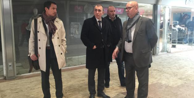 Jean-Christophe Angelini et Jean Dominici constatent l'étendue des dégâts dans la galerie du Géant la Rocade à Furiani