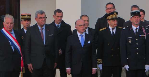 Le ministre de l'intérieur, Bernard Cazeneuve, rend hommage au SDIS de Haute-Corse en présence des élus, du préfet Alain Thirion et du Colonel Charles Baldassari.