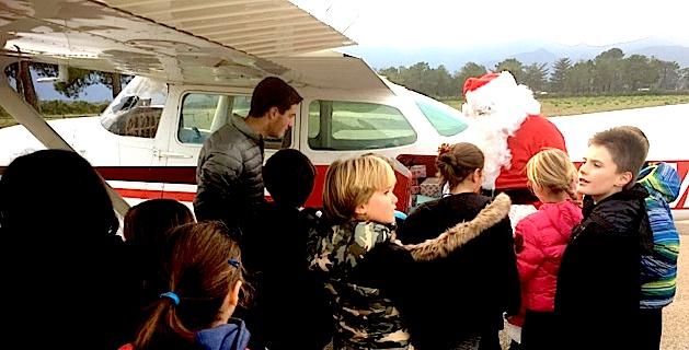 Dès sa descente d'avion, U Babbu Natale a ouvert la soute à jouets.