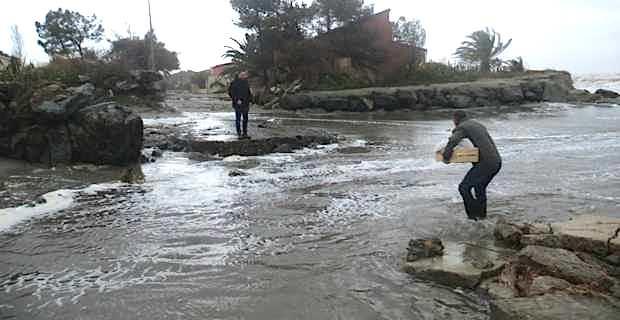 La route d'accès aux Marines du Fiumalto (commune de Penta-di-Casinca, Haute-Corse) de nouveau submergée et détruite. Le maire, Yannick Castelli, et son équipe franchissent le gué inondé pour apporter du réconfort aux habitants.