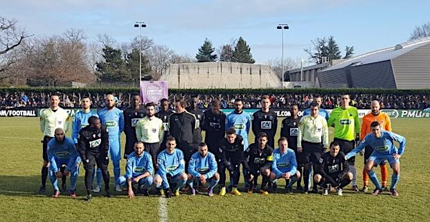 Les deux équipes avant le coup d'envoi (http://hautslyonnais.footeo.com)