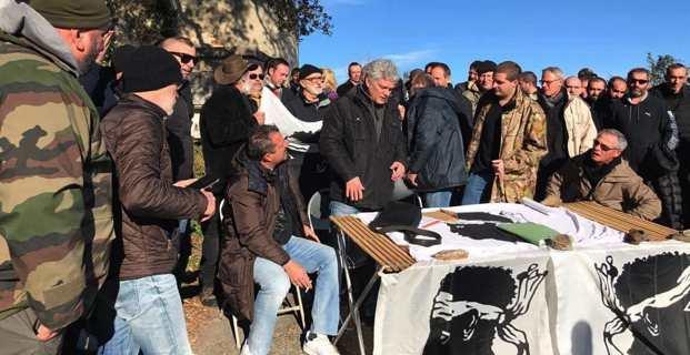 Eric Simoni et les militants de Corsica Libera, samedi matin, devant le couvent Santa Catalina à Siscu.