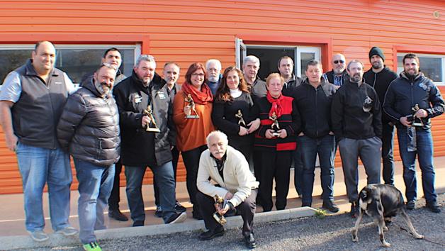 Jean-Simon Savelli (2e à partir de la gaucxhe) et le comité corse de rugby ont distingué les bénévoles des clubs corses.