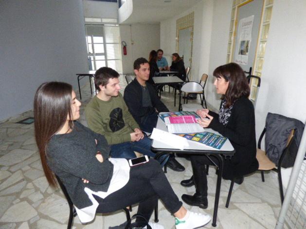 Sébastien Mela élève de terminale STMG (au centre) est interessé par une formation en alternance après le bac.