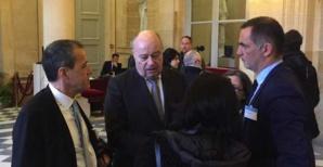 Discussion dans les couloirs du Palais Bourbon avant le vote entre le ministre Baylet, le président de l'Assemblée de Corse, Jean-Guy Talamoni, et le président de l'Exécutif territorial, Gilles Simeoni.