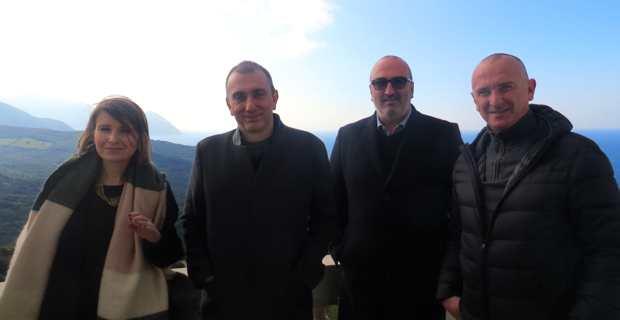 Jean Christophe Angelini, conseiller exécutif, président de l'ADEC et de l'Office foncier de Corse, entouré de Julie Da Costa, chargée des opérations foncières, Jean-Félix Carlotti, et David Brugioni, maire de Centuri, sur le balcon du château Stopielle.