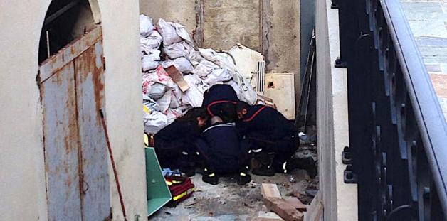 Les pompiers interviennent auprès du blessé. (Photos © Laurent Hérin)