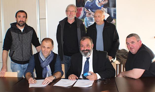 Laurent Gaya (à gauche) et Simon-Jean Savelli signent la convention qui lie le rugby corse à Gilbert en présence de Jérôme Torre, Henri Bonino, Jean Paparemborde et Henri Savary (Debout)