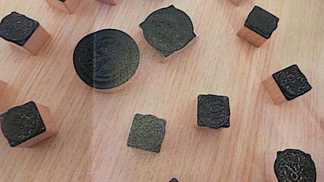 Les pièces étaient dissimulées dans des tampons-encreurs.