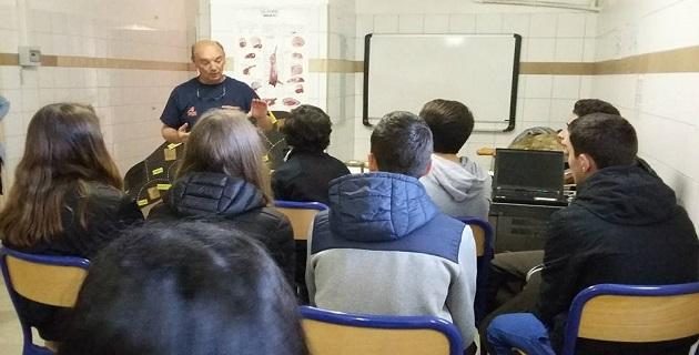 Paul Deminati de la chambre d'agriculture de Corse du Sud et les élèves de 4ème et 3ème