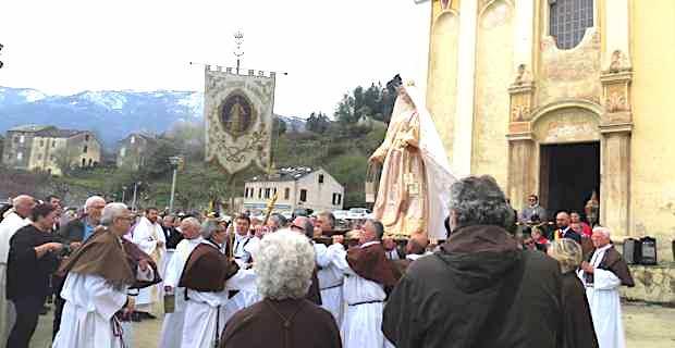 A Madonna Fiumarola devant la chapelle Santa Devote à Piedicroce.