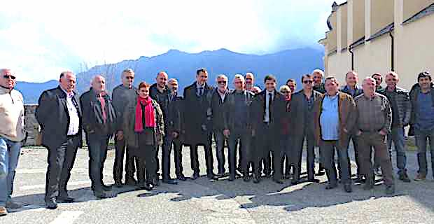 Le président de l'Exécutif territorial, Gilles Simeoni, et le président de l'Office des transports de la Corse (OTC), Jean-Félix Avquaviva, à Piedicroce avec les élus et les acteurs de terrain de la vallée d'Orezza.