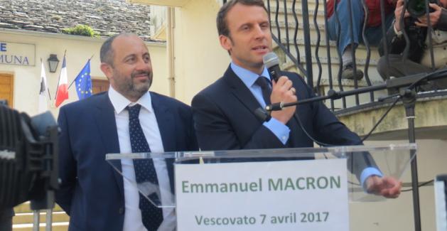 Le candidat d'En Marche, Emmanuel Macron, à Vescovato, en Haute-Corse, avec le maire du village, Benoit Bruzi.