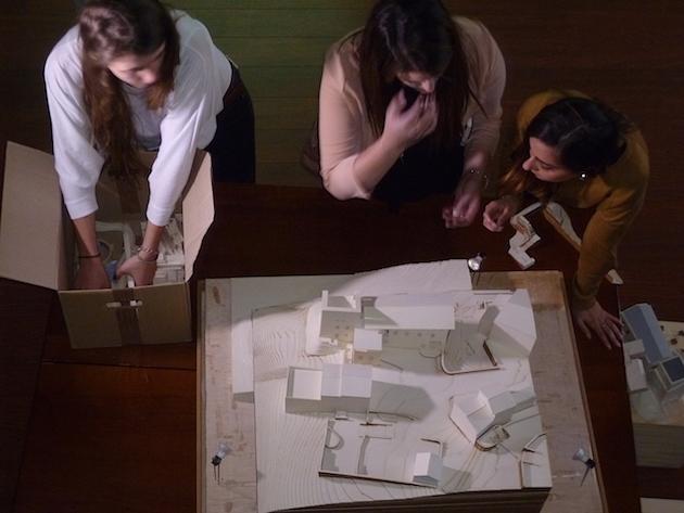 Les étudiantes s'affairent autour de la maquette de présentation de Lugu di Nazza