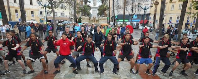 Le haka des rugbymen néo-zélandais de Christchurch reçus à Ajaccio