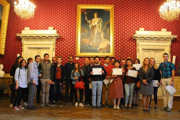 Remise des certificats au Salon Napoléonien pour les 12 jeunes bénévoles qui ont participé au chantier international de réhabilitation de la fontaine du Jardin des Milelli.