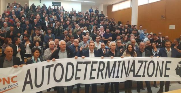 Jean-Christophe Angelini, leader du PNC, entouré des élus territoriaux et de près de 300 militants.
